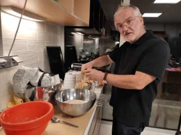 Stéphane teste les possibilités de la cuisine pour un futur repas partagé