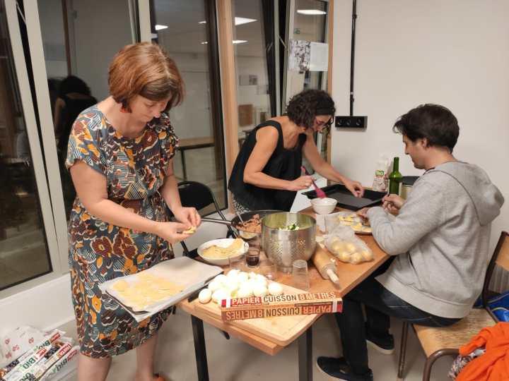 Préparation de l'inauguration dans la cuisine du café Maya